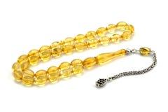 Vista di prospettiva ambrata baltica del rosario di colore giallo isolata su bianco fotografia stock libera da diritti