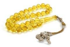 Vista di prospettiva ambrata baltica gialla molto pulita del rosario isolata su bianco immagini stock