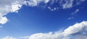 Vista di prospettiva del cielo di blu navy romantico con le nuvole grige bianche Immagine di sfondo artistica di alta risoluzione Fotografie Stock