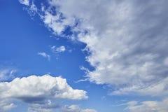 Vista di prospettiva del cielo di blu navy romantico con le nuvole grige bianche Immagine di sfondo artistica di alta risoluzione Immagine Stock