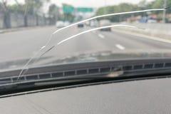Vista di prospettiva del tergicristallo incrinato o del parabrezza dell'automobile mentre d immagine stock libera da diritti