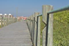 Vista di prospettiva del viale pedonale di legno, verso l'oceano, accanto alla spiaggia, il Portogallo immagine stock libera da diritti