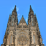 Vista di prospettiva della facciata della cattedrale della st Vitus Fotografia Stock