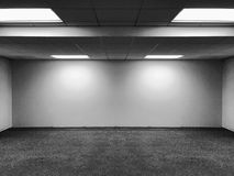 Vista di prospettiva della stanza classica dell'ufficio dello spazio vuoto con l'ombra delle lampade e delle luci della luce del  Immagine Stock Libera da Diritti