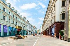 Vista di prospettiva della via di Nikolskaya di Mosca Fotografie Stock Libere da Diritti