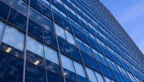Vista di prospettiva di vetro moderna della facciata del grattacielo fotografie stock