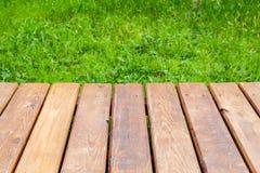Vista di prospettiva di nuovo sentiero costiero di legno fotografia stock libera da diritti