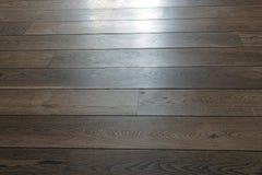 Vista di prospettiva di riflessione naturale di luce solare del pavimento di legno duro fotografie stock