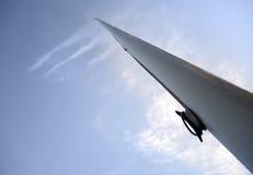 Vista di prospettiva vuota del flagpole sopra il cielo immagine stock
