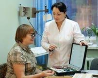 Vista di prova del paziente e dell'oculista Fotografia Stock