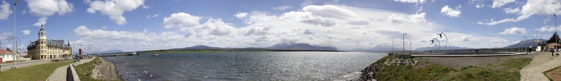 Vista di Puerto Natale con un omaggio al monumento del vento in Patagon Fotografie Stock Libere da Diritti
