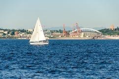 Vista di Puget Sound con i cieli blu e Seattle del centro, Washington, U.S.A. fotografia stock libera da diritti