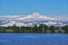 Vista di punta della neve da un lago Fotografia Stock Libera da Diritti