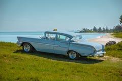 Vista di retro automobile classica d'annata grigio-bluastra Immagine Stock