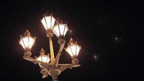 Vista di retro torcia elettrica nella città di notte archivi video