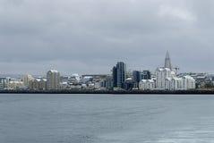 Vista di Reykjavik dal mare fotografie stock libere da diritti