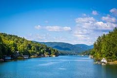 Vista di richiamo del lago e di catene montuose distanti, nel richiamo del lago, né Fotografie Stock