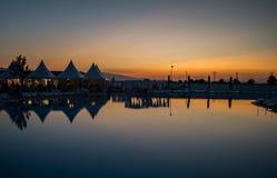 Vista di riflessione dell'acqua di tramonto di panorama Fotografia Stock