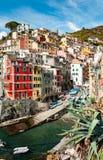 Vista di Riomaggiore dal mare immagine stock