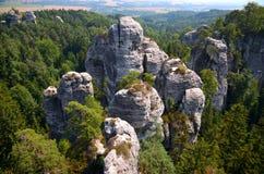 Vista di roccia e della foresta Fotografia Stock Libera da Diritti