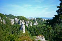 Vista di roccia sotto cielo blu Immagine Stock Libera da Diritti
