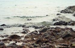 Vista di roccia sulla spiaggia Fotografia Stock Libera da Diritti