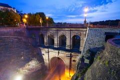 Vista di Schloss Erbaut Bruecke alla notte con le luci Fotografia Stock