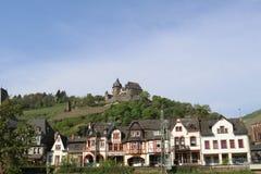 Vista di Scienic alle case ed al castello a graticcio storici sulla sommità fotografie stock