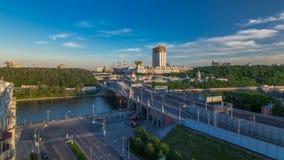 Vista di sera all'accademia russa del timelapse di scienze ed al ponte di Novoandreevsky sopra il fiume di Mosca video d archivio