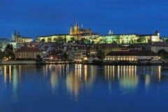 Vista di sera del castello di Praga con la st Vitus Cathedral Immagine Stock