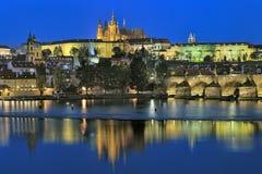 Vista di sera del castello di Praga con la st Vitus Cathedral Fotografia Stock