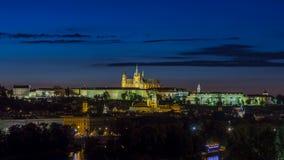 Vista di sera del castello di Praga sopra il timelapse del fiume della Moldava, repubblica Ceca video d archivio