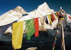 Vista di sera dell'Everest con le bandiere buddisti di preghiera Immagini Stock Libere da Diritti