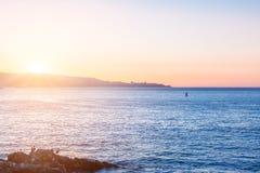 Vista di sera dell'oceano Pacifico con le pietre sulla priorità alta Fotografia Stock Libera da Diritti