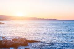 Vista di sera dell'oceano Pacifico con le pietre sulla priorità alta Fotografia Stock