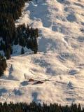 Vista di sera della capanna alpina nel pendio ripido Sci backountry di inverno che visita area, alpi austriache, Europa Immagine Stock