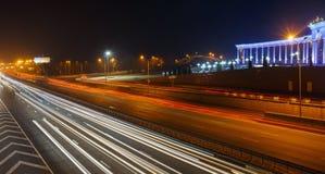 Vista di sera della città di Almaty Tracce della luce sulla strada principale dell'autostrada Immagine Stock Libera da Diritti