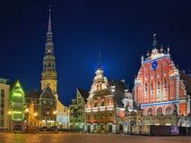Vista di sera della città Hall Square con la Camera dei comedoni a Riga Immagine Stock Libera da Diritti