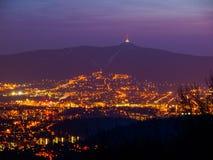 Vista di sera della città illuminata di Liberec e della montagna scherzata Scena di notte Immagine Stock Libera da Diritti