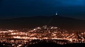 Vista di sera della città illuminata di Liberec e della montagna scherzata Scena di notte Immagini Stock Libere da Diritti