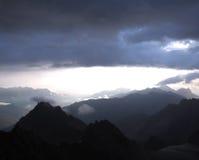 Vista di sera delle catene montuose blu nella foschia Nubi Immagine Stock