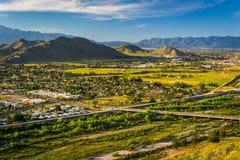Vista di sera delle montagne e delle valli distanti fotografia stock libera da diritti