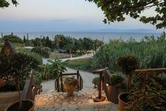 Vista di sera di estate bella dal ristorante accogliente alla spiaggia di Skala sull'isola di Kefalonia, mare ionico, Grecia immagine stock libera da diritti