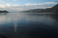Vista di sera tardi sopra il lago Thun (Thunersee), Svizzera Immagine Stock Libera da Diritti