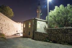 Vista di sera di vecchia chiesa vicino all'alta parete Fotografie Stock Libere da Diritti