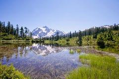 Vista di Shuksan del supporto dal lago picture Fotografia Stock