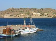 Vista di Spinalonga dalla spiaggia Elounda di Plaka in Crete Immagini Stock