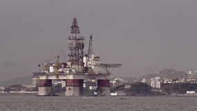 Vista di SSV Victoria Oil Drilling Rig davanti a Niteroi stock footage
