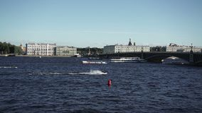 Vista di St Petersburg sul fiume Neva stock footage