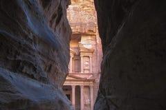 Vista di stordimento da una caverna dell'annuncio Deir - monastero nella città antica di PETRA, Giordania fotografia stock